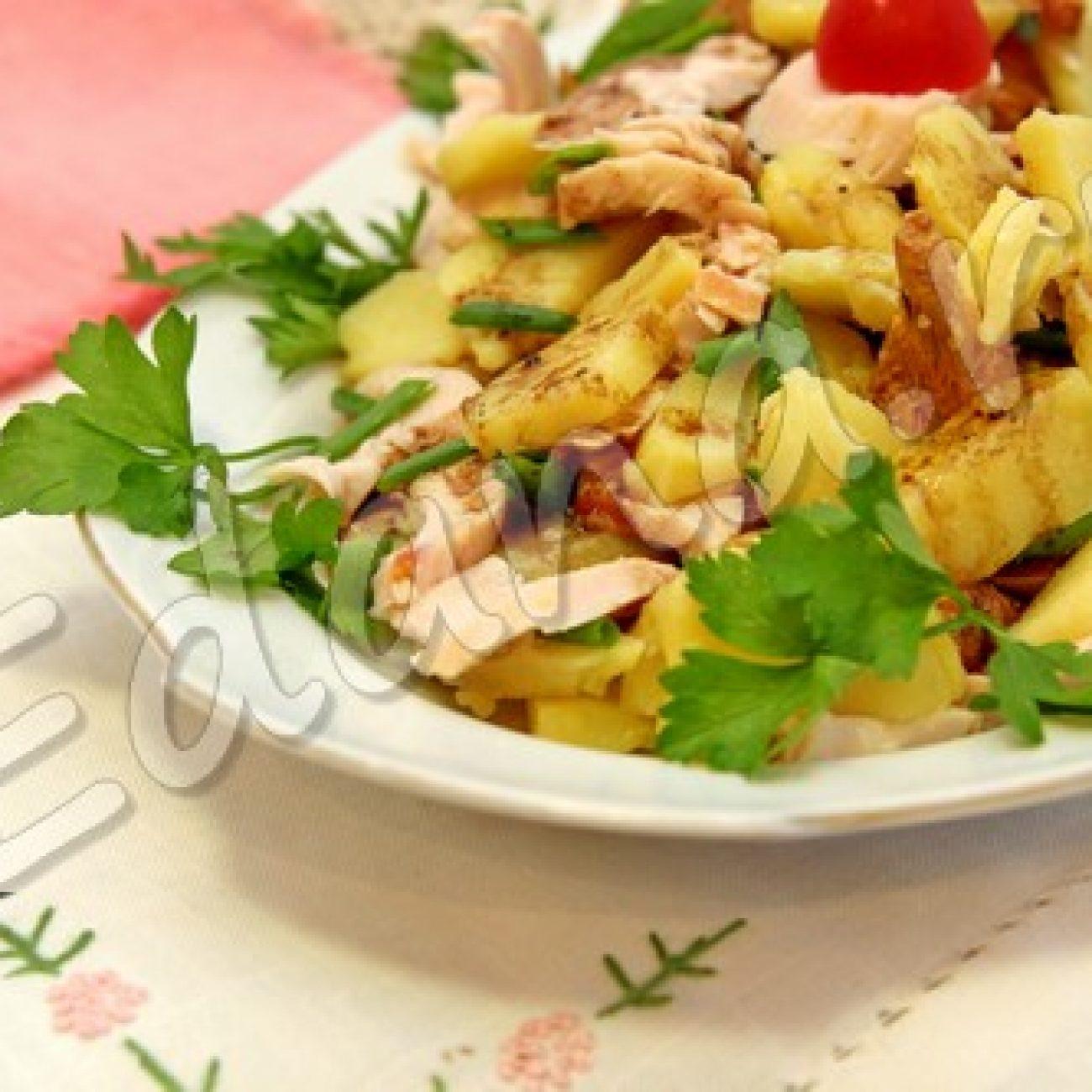 Салат с лисичками и копчёной курицей