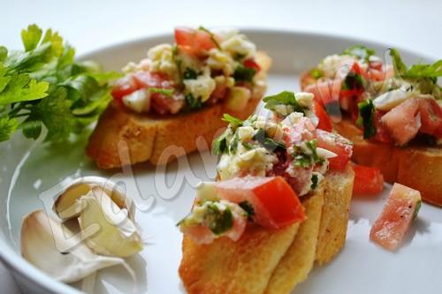 Итальянские брускетта с помидорами и моцареллой