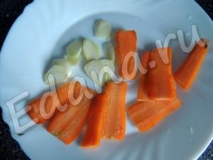 Нарежьте морковь и чеснок слайсами