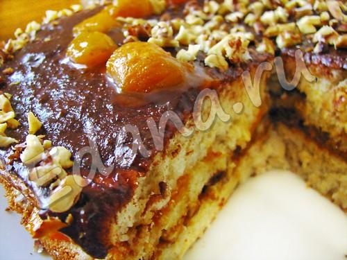 Бисквитный торт с яблоками и абрикосами