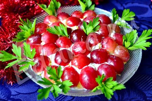 Салат Тиффани с виноградом, курицей и миндалем