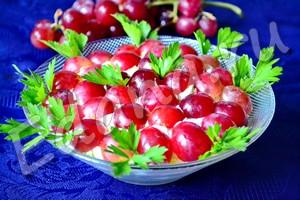 Салат Тиффани с виноградом готов, украсьте зеленью