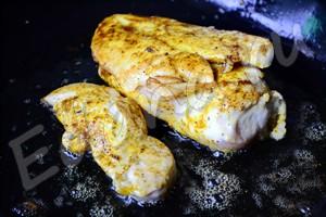 Куриное филе обмажьте карри и посолите, обжарьте на сковороде с двух сторон