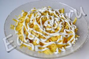 Следующий слой - сыр, натертый на терке. Соус