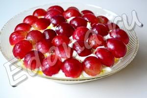 Украсьте блюдо - виноградными половинками по всей площади