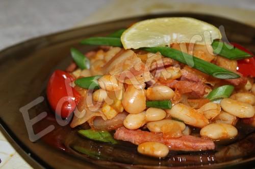 рецепт фасоли с овощами и беконом