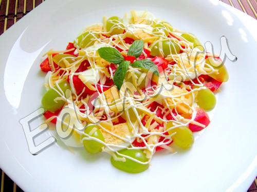 Салат с виноградом, сыром и томатами