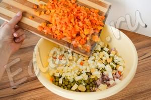Нарежьте мелко морковь