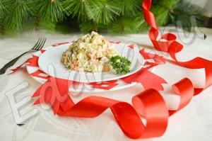 Салат оливье с колбасой по классическому рецепту готов