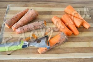 Очистите морковь