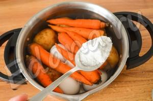 Вымойте картофель, морковь, яйца, поставьте их вариться в подсоленной воде