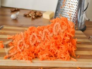 Натрите морковь на терке