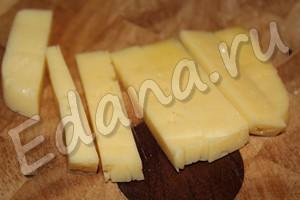 Нарежьте сыр на ломтики