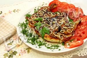Украсьте цыпленка Табака, жаренного на сковороде под прессом, зеленью и майонезом