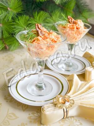 Салат из моркови с чесноком и сыром готов, переложите его в креманки