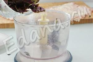 Положите базилик в чашу блендера