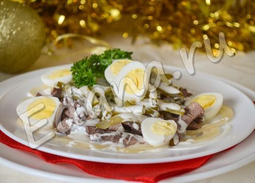 Салат с языком и маринованными огурцами - рецепт с фото