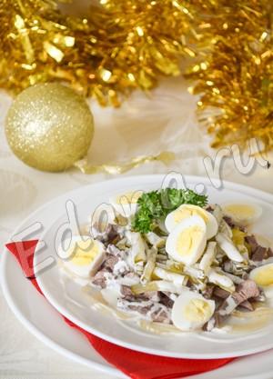 Салат с языком и маринованными огурцами готов