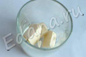 Положите сливочное масло в стакан, растопите