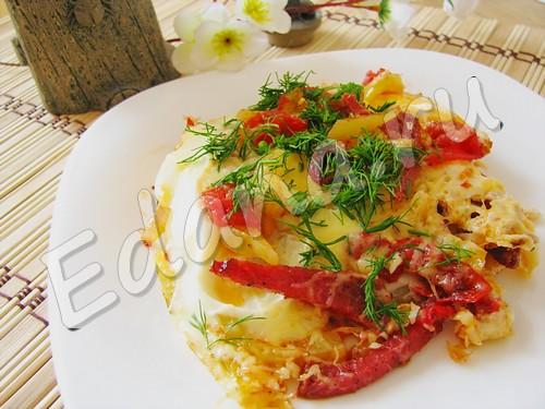 Яичница с овощами колбасой сыром