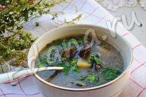 Суп из сушеных белых грибов готов, посыпьте зеленью