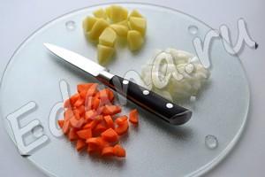 Нарежьте морковь и картофель кубиками, лук - мелко порубите