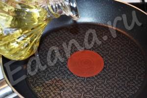 Влейте на сковороду подсолнечное масло
