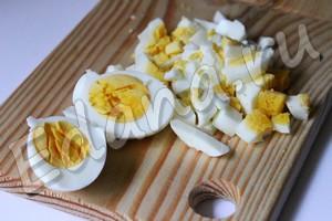 Измельчите яйца