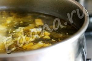 Положите яйца в бульон, посолите и поперчите
