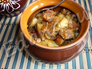 мясо с картошкой в горшочках