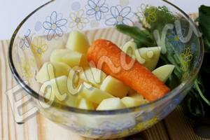 Почистите лук, картофель и морковь