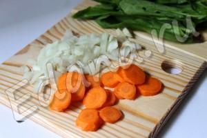 Нарежьте мелко лук, морковь порубите кольцами