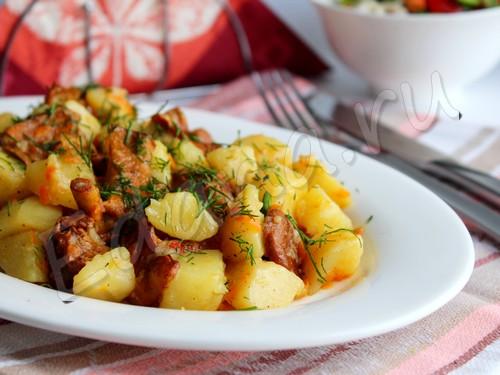 Лисички, тушеные с картофелем и луком