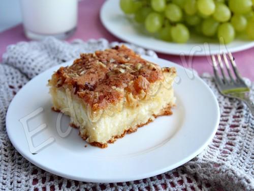 Открытый пирог с творогом с орехово-яичной глазурью