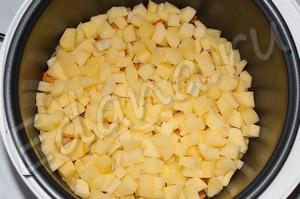 Нарежьте картофель кубиками, отправьте в чашу