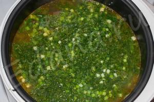 За 10 минут до готовности блюда добавьте в бульон зелень