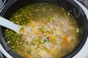 Оставьте рыбный суп из консервов настояться в мультиварке 10 минут