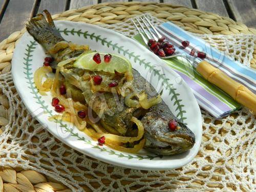 Запеченный лосось в фольге на луковой подушке с лаймом