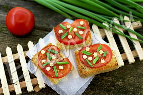 Бутерброды с помидором и сырными колечками