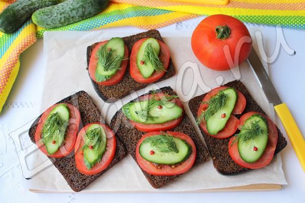 Бутерброды на бородинском хлебе с огурцом и помидором