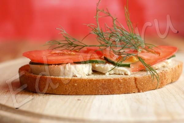 Бутерброд с масляным слоем, котлетой и овощами