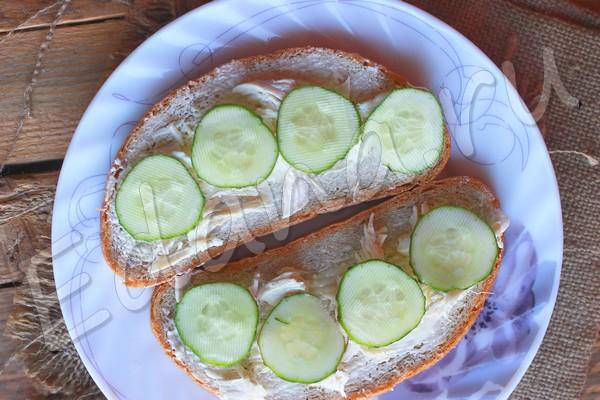 Бутерброд с маслом, курицей и огурцом