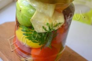 Разноцветные томаты в виноградной заливке с бархатцами