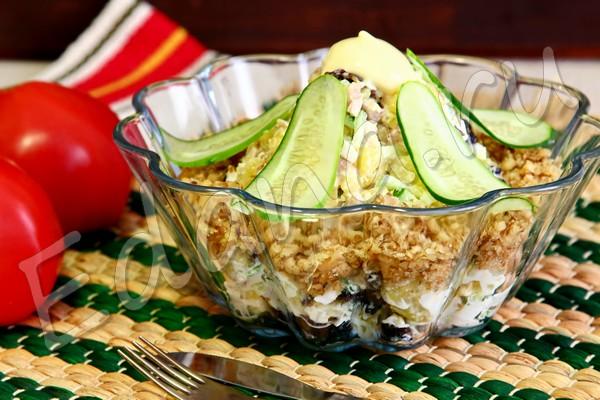 Мясной салат с орехами, черносливом и огурцом