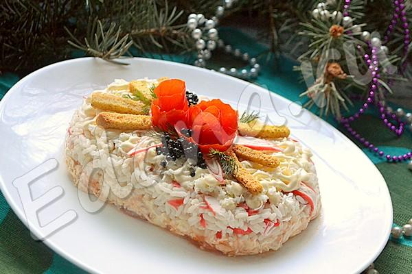 Салат-торт из крабовых палочек, риса и сыра