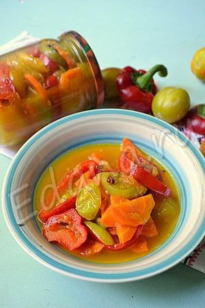 Разложите готовый салат с зелеными помидорами по банкам и закатайте