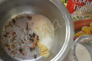 Всыпьте специи в сотейник, добавьте воды, варите 7 минут