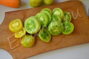 Порежьте помидоры кольцами