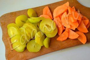 Нарежьте морковь полукольцами, а сливы кружочками