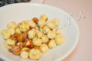 Залейте орехи кипятком, затем снимите с них кожицу